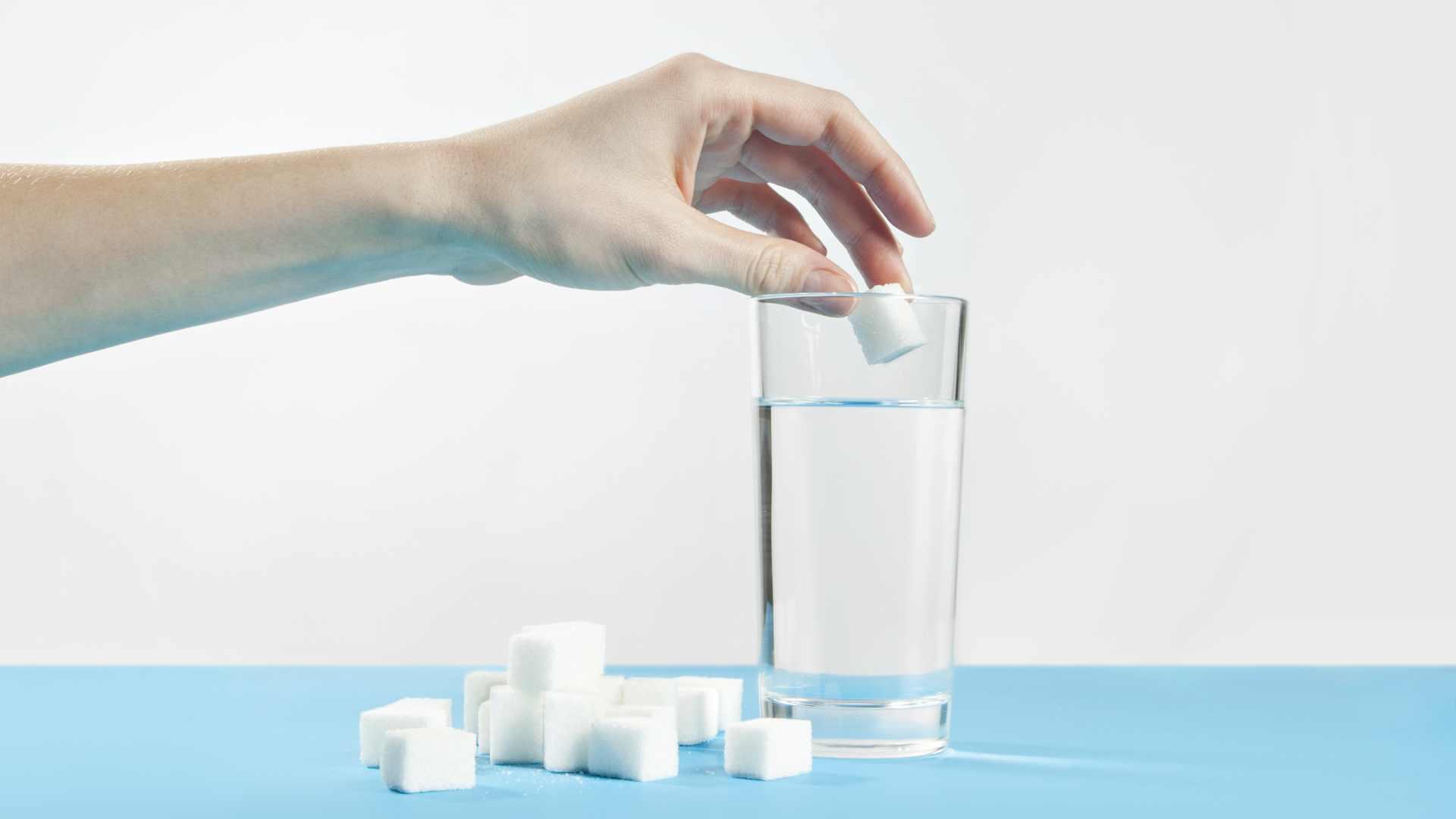 Warum löst sich Zucker in heißem Wasser besser auf als in kaltem Wasser