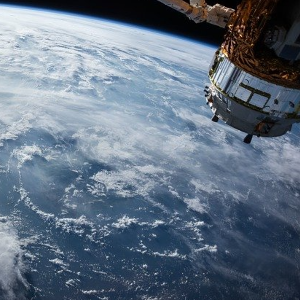 satelliten erdumlaufbahn 300x300 - Wie viele Satelliten umkreisen die Erde?