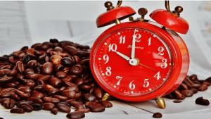 das kaffeetrinken am abend 300x169 - Kaffeetrinken am Abend verschiebt die innere Uhr um 40 Minuten