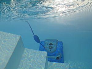 Robot Piscine Comparatif L'acquisition d'une piscine est le rêve de beaucoup, mais son nettoyage vire quelquefois au cauchemar. Heureusement il y a les robots de piscine, mais lequel choisir ? Avec nos 7 ans d'expérience dans le domaine du comparatif de tests, vous pouvez nous faire confiance. Faites une comparaison entre les divers robots qui ont été retenus par les clients testeurs pour diverses formes de piscine. Les résultats des tests sont recueillis et insérés dans un tableau comparatif accessible à tous. Vous ferez ainsi un gain de temps sur vos recherches et vous aurez la certitude d'avoir fait le meilleur choix. Pourquoi nous faire confiance ? Notre entreprise a été récompensée à plusieurs reprises pour son objectivité et la retranscription des avis des clients testeurs sur des tableaux comparatifs. Elle est bien connue en Allemagne mais aussi en Europe occidentale, pour ses recherches pointues sur les comparatifs de tests et les avis de clients vérifiés. Les évaluations sont généralement basées sur une dizaine de produits dans le domaine à tester, toutes marques confondues, après une première sélection. Vous n'aurez plus qu'à effectuer un comparatif sur les différents appareils qui semblent vous concerner pour acheter le meilleur pour vous. Tous les éléments indispensables à votre choix seront évoqués : performance, puissance, facilité d'entretien, design, fourchette de prix… Nos 70 rédacteurs se sont échinés à trouver les meilleurs avis pour vous les retransmettre dans ce comparatif des meilleurs robots piscine. Nous ne cherchons les avis que sur les plateformes reconnues ainsi que sur les sites des meilleures marques, en listant les avantages et les inconvénients relevés dans les comparatifs. Qu'est-ce qu'un robot piscine ?