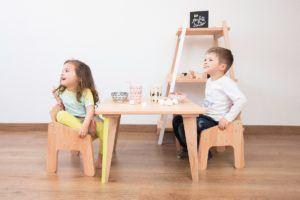 Des tables basses à la hauteur des enfants en bas âge