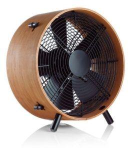 Un ventilateur de bureau à pales dans un comparatif