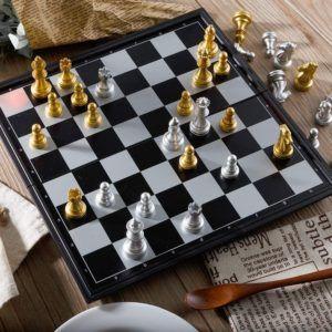 Un jeu d'échecs d'Alice dans un comparatif