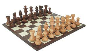 Un jeu d'échecs classique dans un comparatif