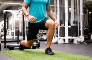 Un tapis de sol fitness pour salle de sport dans un comparatif