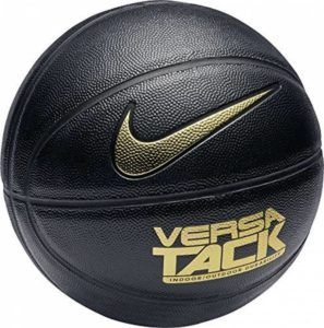 Un ballon de basket intérieur dans un comparatif