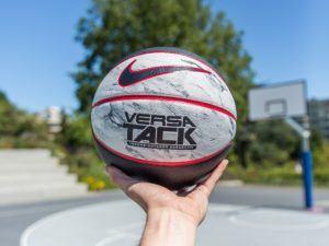 La pression de l'air sur un ballon de basket dans un comparatif gagnant