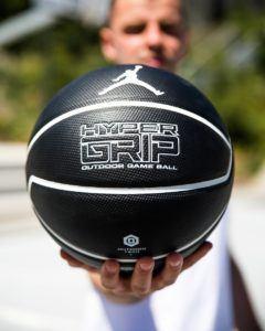 La taille d'un ballon de basket dans un comparatif