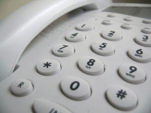 Donner les Avantages et domaines d'application du téléphone fixe ?